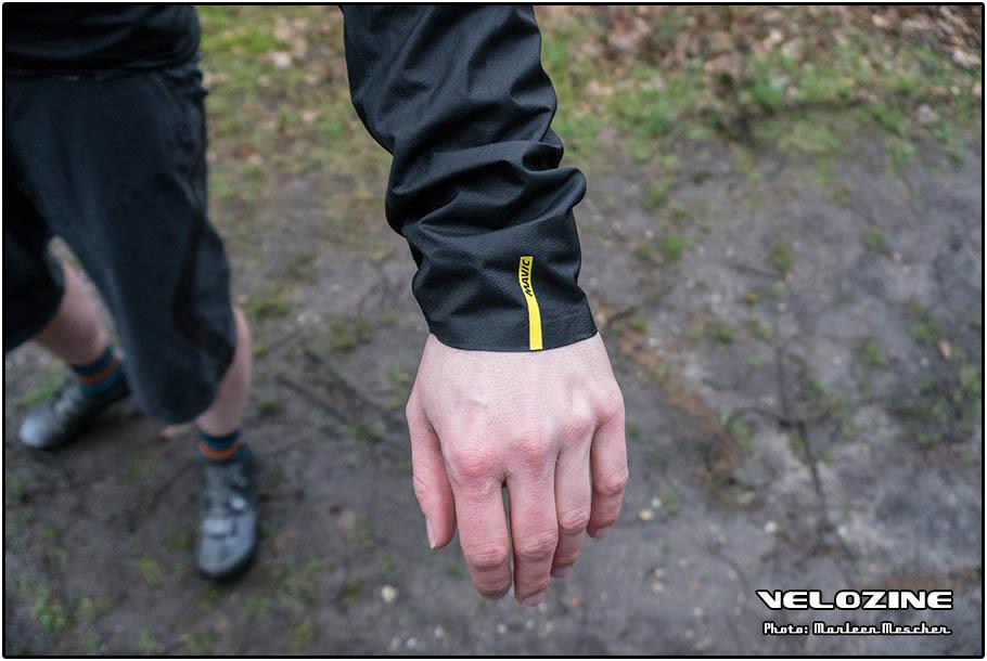 De mouwen zijn schuin weggesneden en hebben aan de onderzijde elastiek voor goed aansluiten