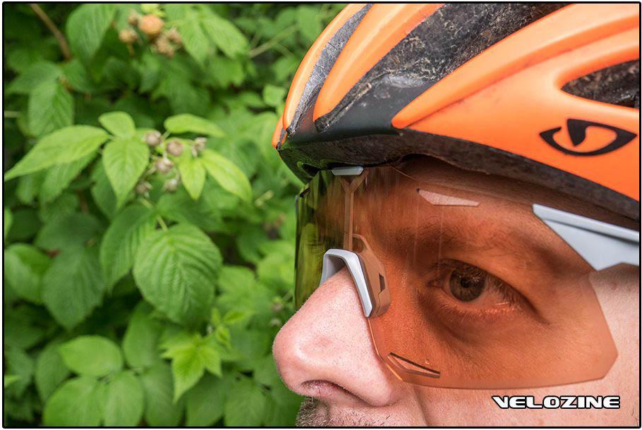 Hoge neus in combinatie met een Giro Atmos M: de bril zit klem tussen helm en neus, en dat wordt al snel pijnlijk.