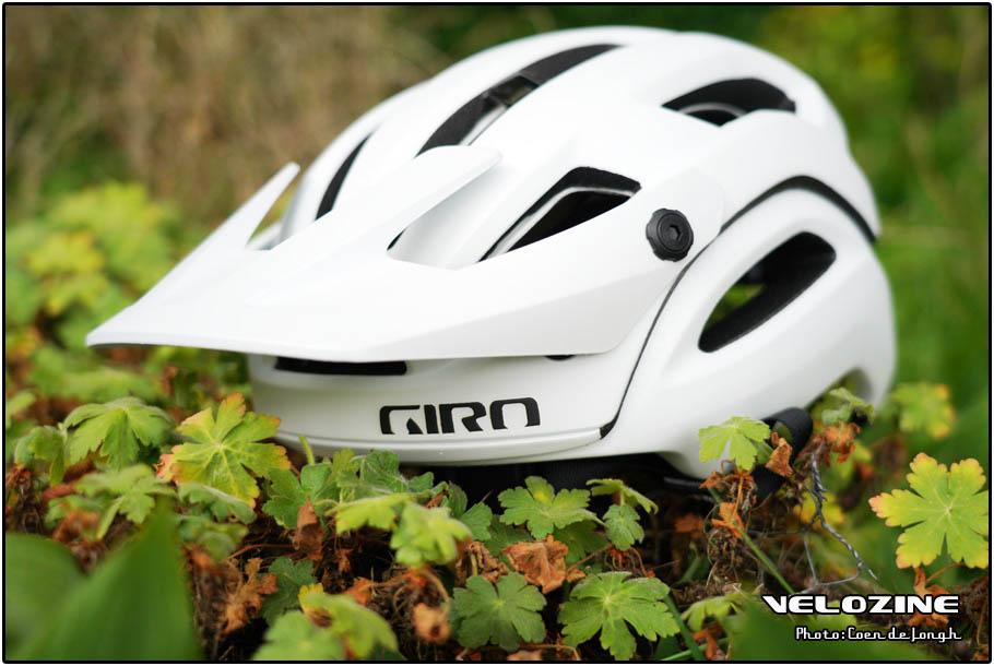 Giro Manifest helm met MIPS aan de buitenkant. In het wit oogt ie nog redelijk normaal