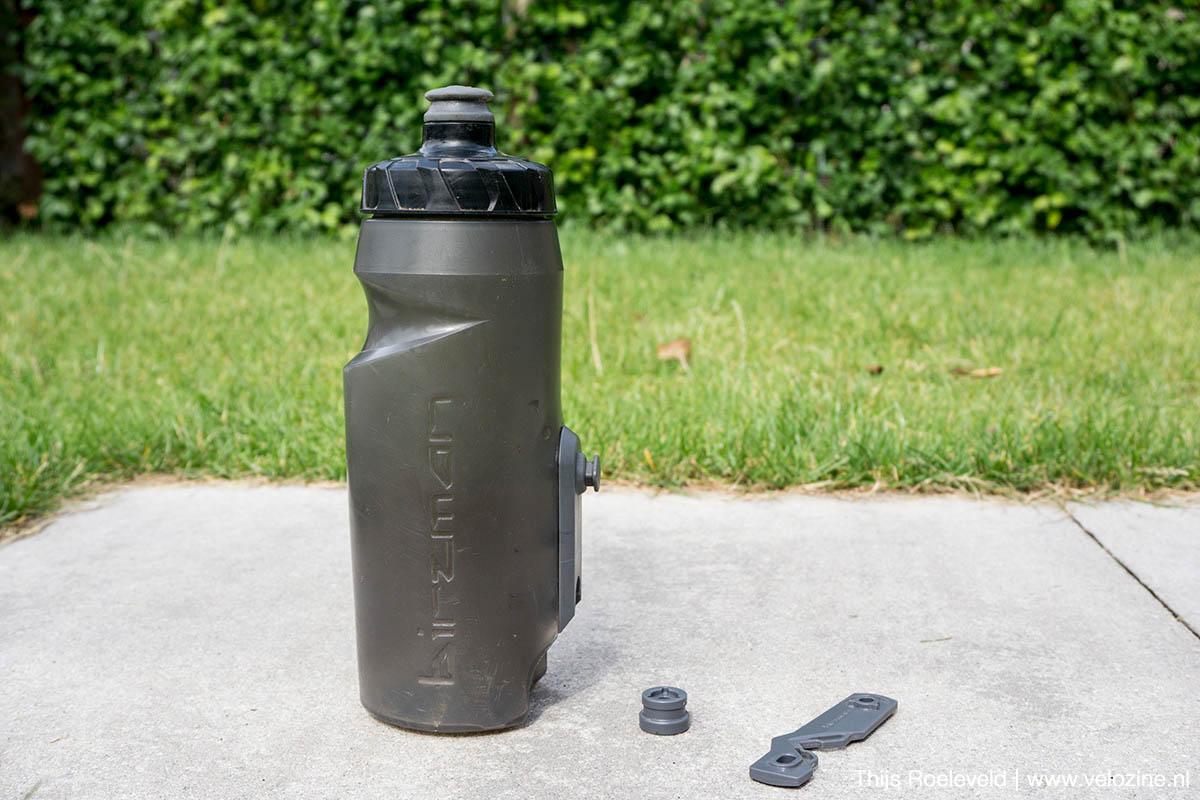 De Birman bottle cleat bestaat uit een fles en een minimalistiche houder