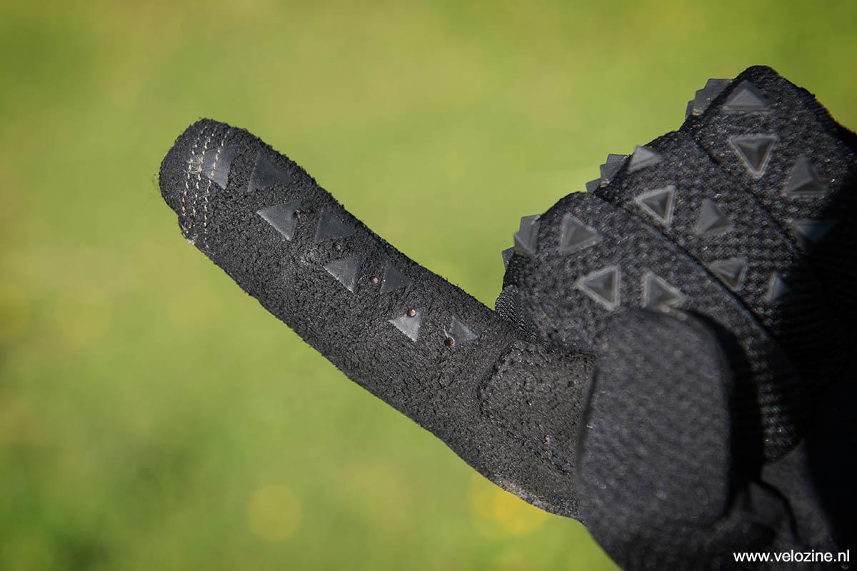 Silicone prints op de wijs- en middelvinger voor grip op de remhendel. De wijsvinger en duim zijn ook touchscreen compatibel