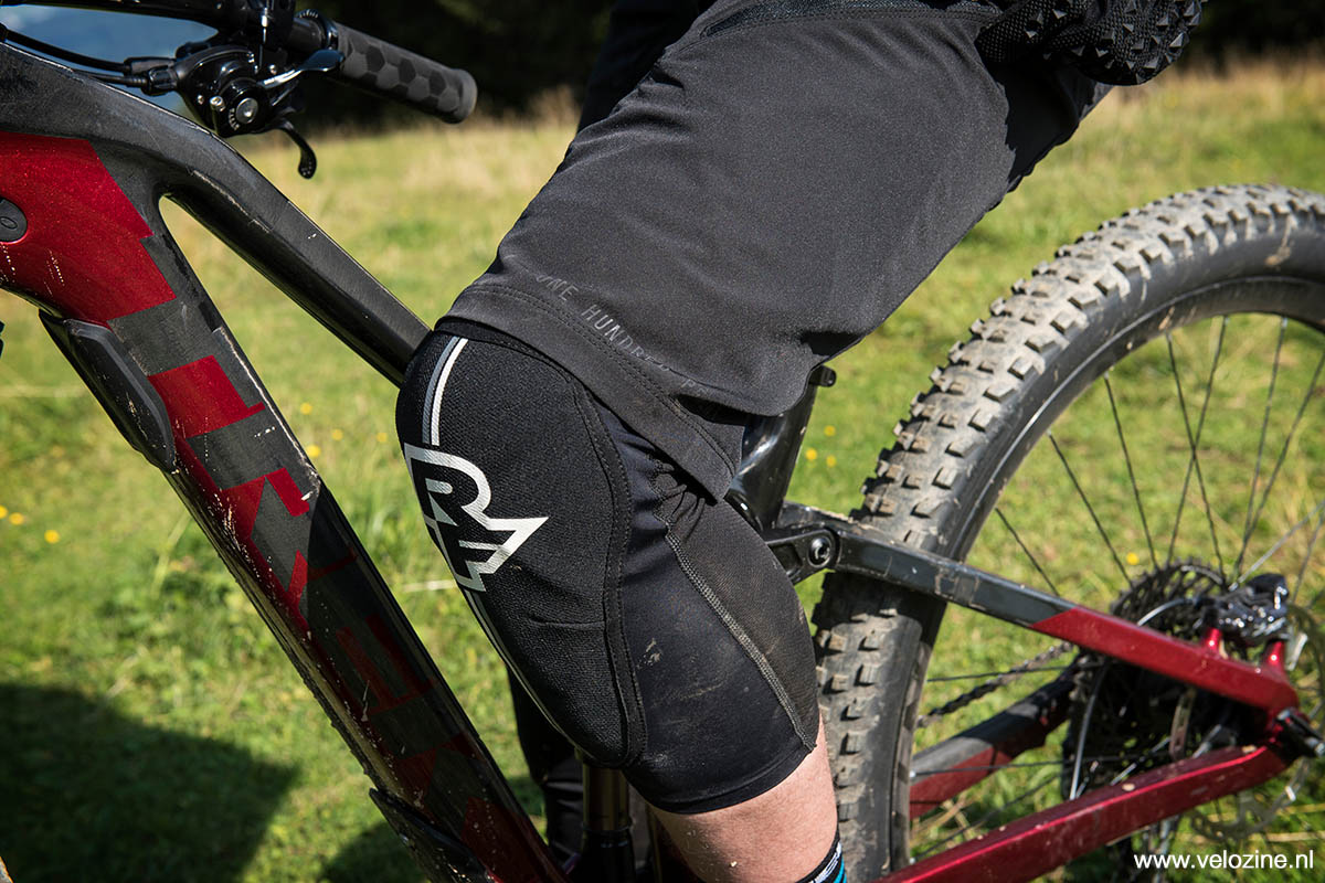 Geen overdreven wijde pijpen, maar ruim genoeg om er fatsoenlijke knieprotectie comfortabel onder te dragen