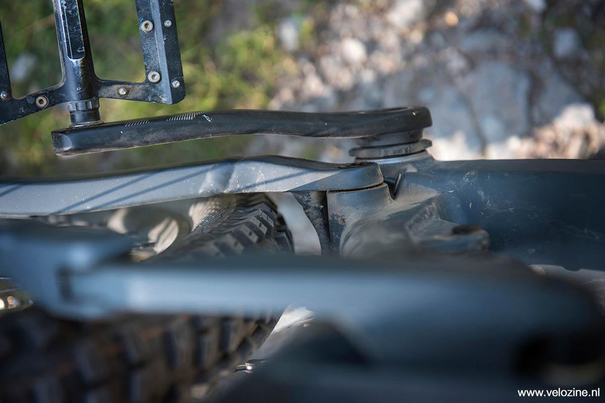 Volop ruimte voor dik rubber in de achterbrug, zéker als je nagaat dat er op deze foto 2.4 inch banden in liggen.