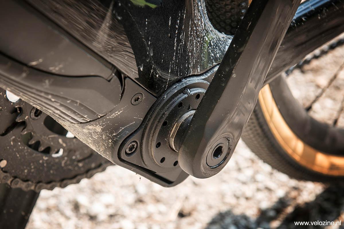 De haakse overbrenging en de druk- en trapfrequentiesensoren zijn in de bracket ondergebracht. Bij snelheden hoger dan 25 km/u schakelt het systeem automatisch een vrijloop in, waardoor de Domane+ LT dan fietst als een normale gravelfiets.