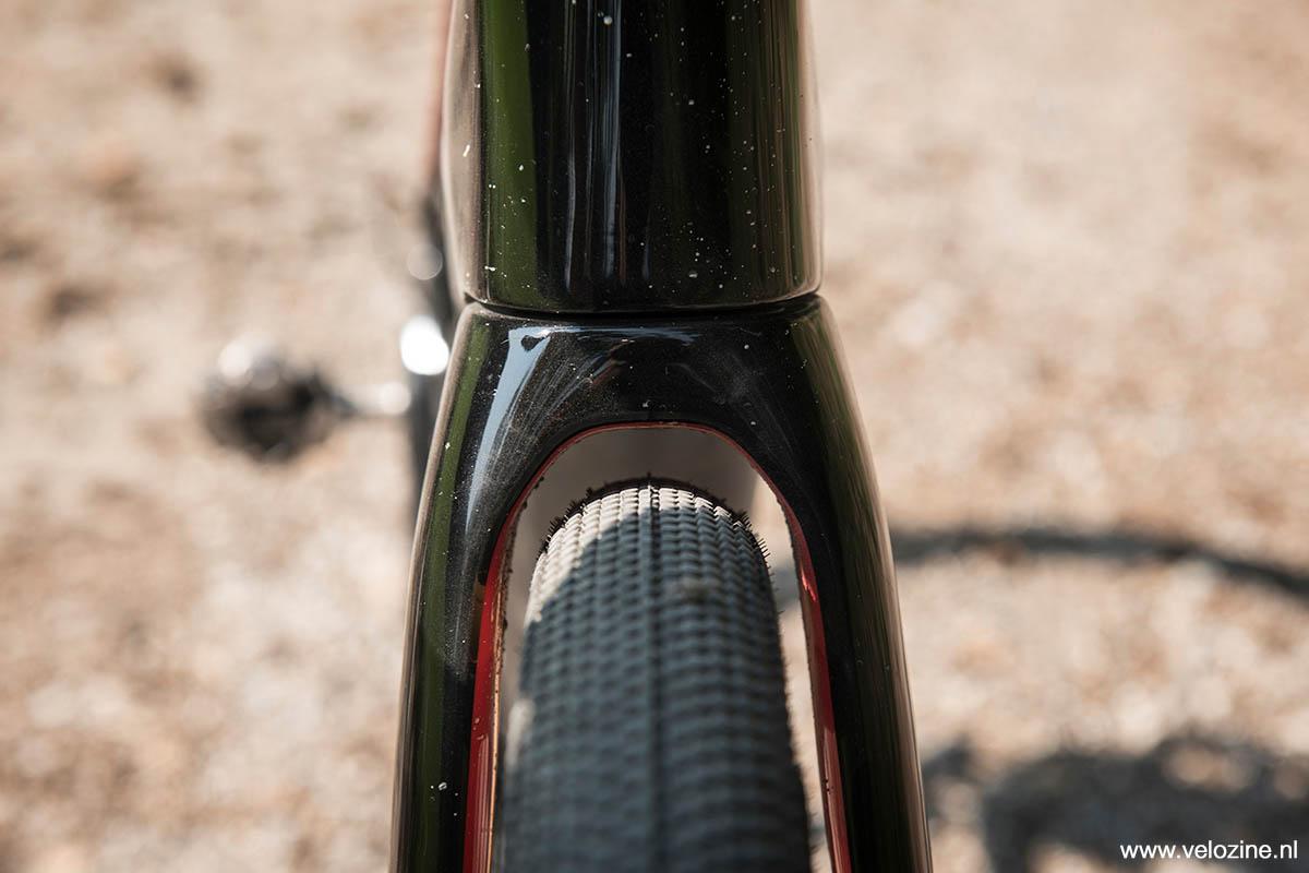 Aan de voorkant is genoeg ruimte voor dikke banden. Met de voor Innsbruck Gravel gemonteerde Schwalbe G-Ones in de maat 1.5 inch is er nog ruimte genoeg over.