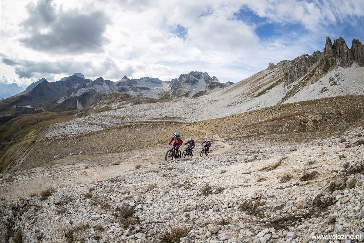 Het 'maandlandschap' bovenin de Las Trais Fluors-trail. Rechts zie de drie rotspieken die de trail z'n naam gegeven hebben.