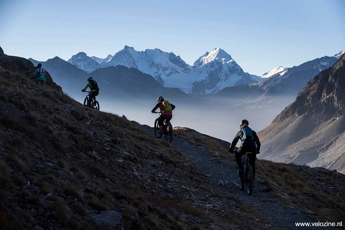 Het is altijd weer wennen, fietsen boven de 2000 meter. Wat een dunne lucht! Check die gletsjer trouwens; dat is de Berninagletsjer.