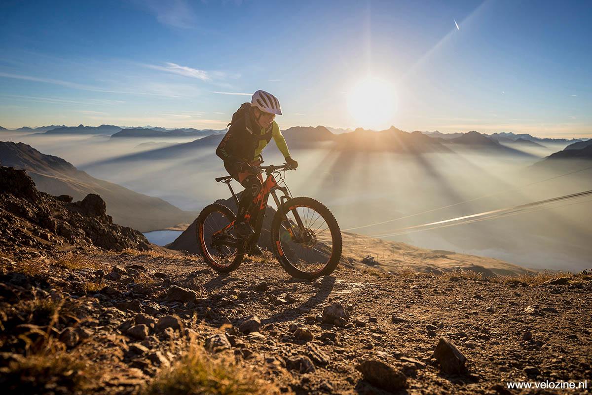 Mooi hoor, biken bij zonsopkomst. Alleen moeten de benen nog even wakker worden...