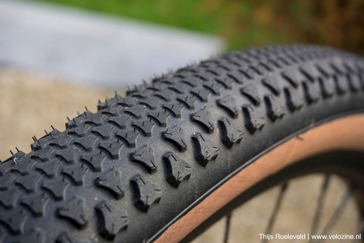 Vredestein Aventura 650b gravelband – noppenpatroon: klein en laag in het middeng gotere en hoger op de schouder