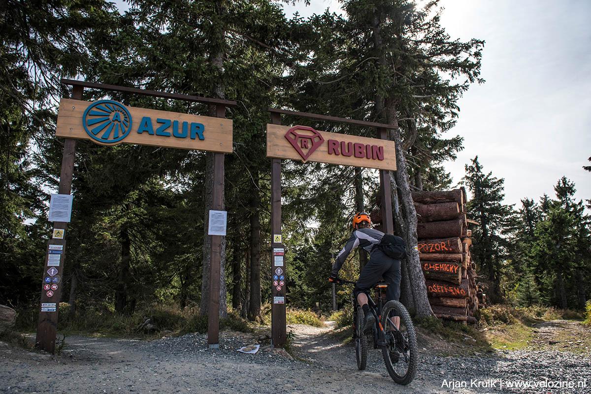 Trailpark Klínovec. De Azur-trail is appeltje-eitje, de Rubin is heerlijk flowy en supersnel. En maar liefst 8 kilometer lang!