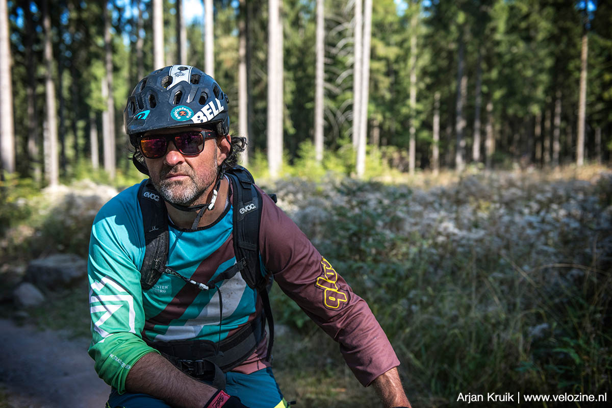 Sven Röber kijkt hier een beetje bozig, maar dat is hij niet hoor! Wel is hij de man die er voor verantwoordelijk is dat er op de Rabenberg een fenomenaal trailcenter ligt.