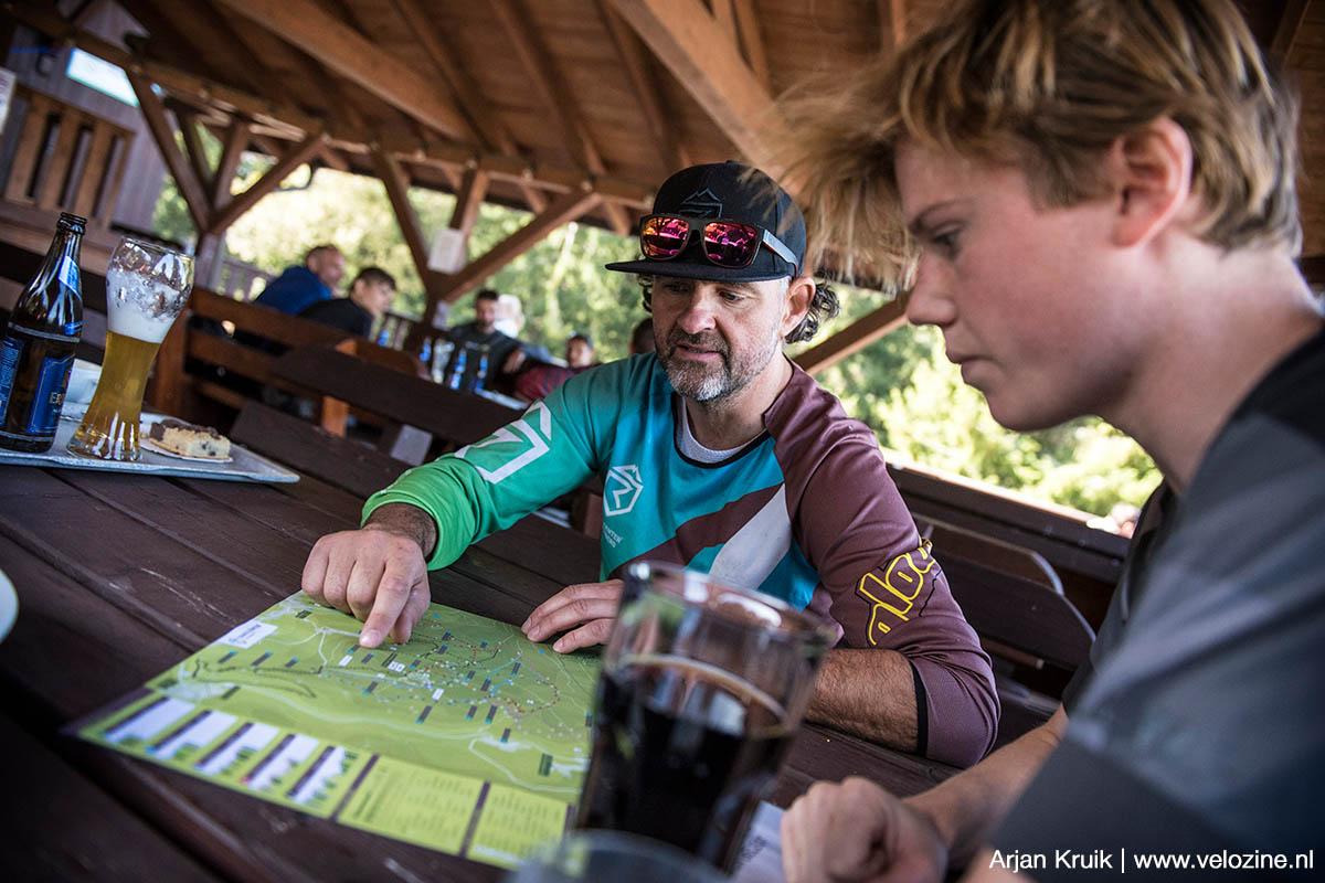 Tijdens het eten van een lekkere burger in het restaurant van Trailcenter Rabenberg laat Sven nog even wat routes zien voor straks.