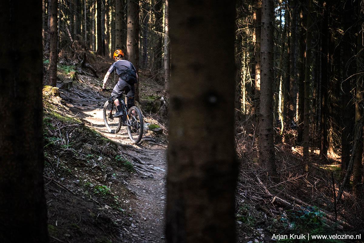 Verschil tussen een bikepark en een trailcenter? Bij de eerste ga je alleen maar omlaag. En bij de laatste kom je ook klimmetjes tegen. Zoals hier in Trailcenter Rabeberg.