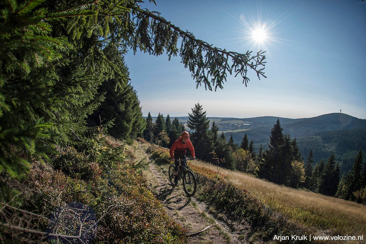 Met beenkracht de Fichtelberg op. Aan de overkant is de Klínovec te zien. De landsgrens loopt in het dal tussen beide bergen.