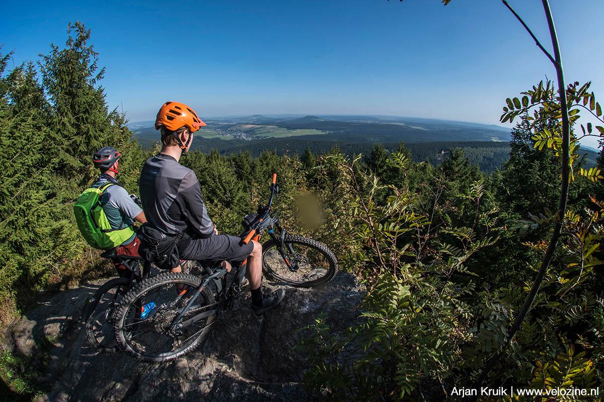 Uitzicht vanaf de Fichtelberg naar het noorden. Die twee bulten in de verte zijn oude vulkaankegels!