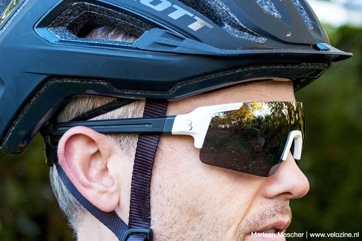 Past goed onder een compacte XC-helm, maar combineert ook goed met veel all mountain modellen
