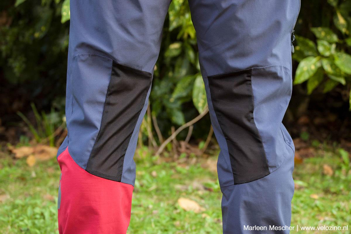 In de knieholtes is gaasmateriaal toegepast voor ontluchting