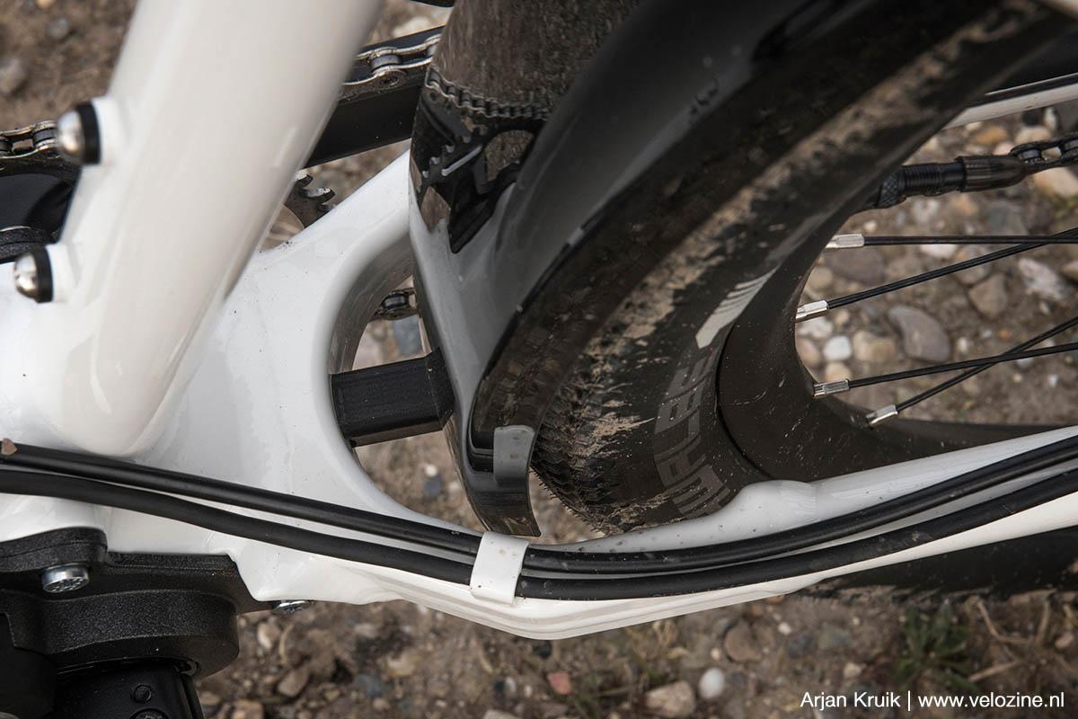 Idworx past een stijve yoke toe tussen de liggende achtervork met de voordriehoek.