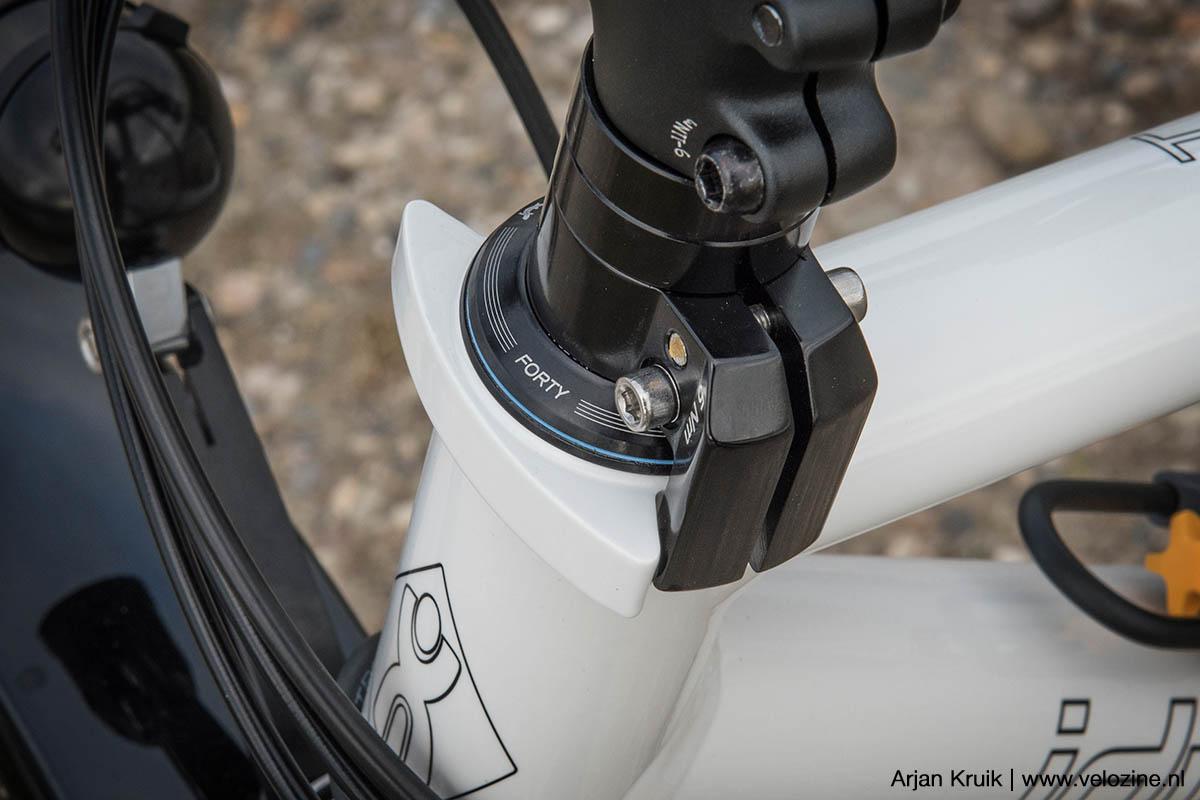 Typisch Idworx: een geïntegreerde stuurhoekbegrenzer voorkomt dat het stuur kan omklappen als de fiets beladen met tassen op de standaard staat.