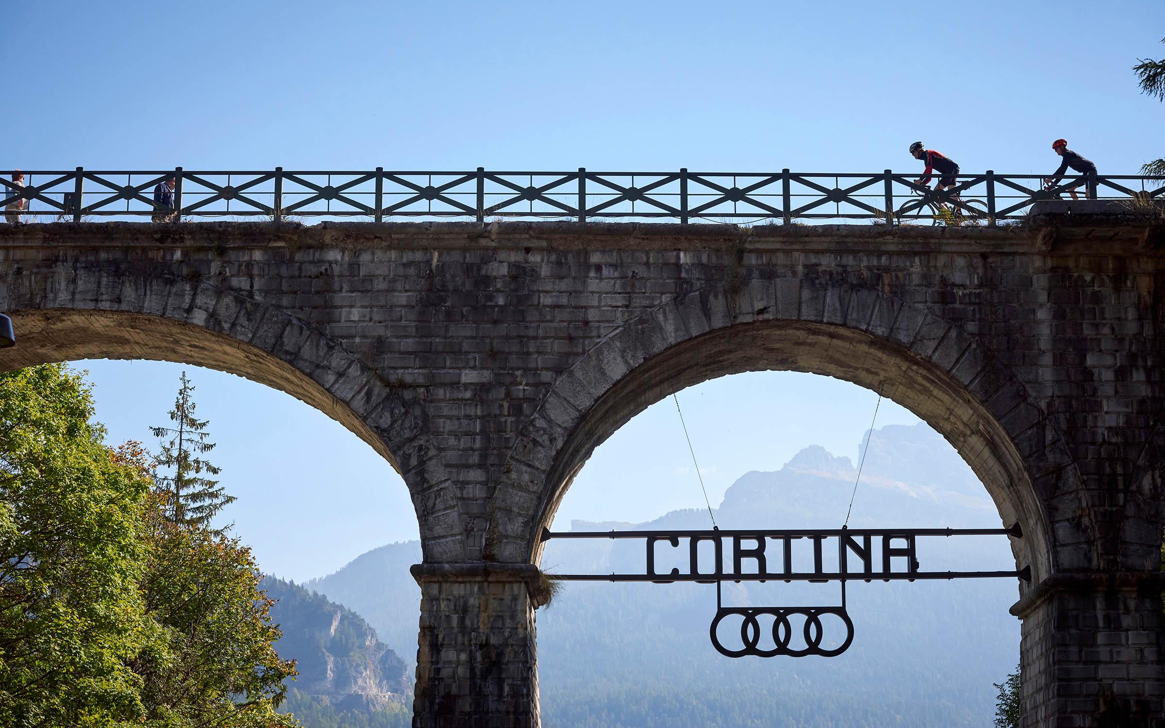 In Cortina begint de fietsroute over het voormalige spoortracé naar Toblach.