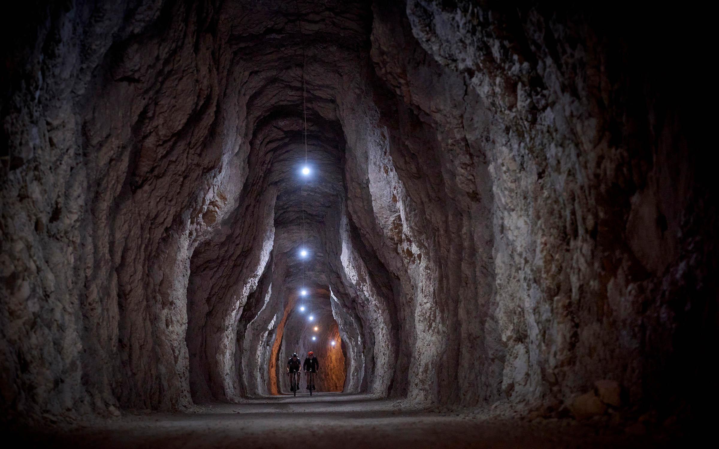 Het tracé gaat over bruggen en door tunnels. De langste is bijna 200 meter lang!