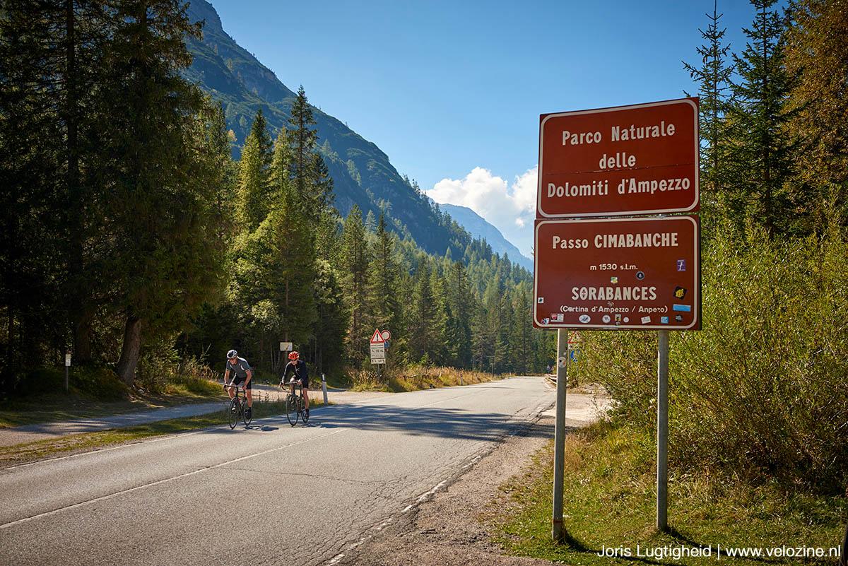 Op de pashoogte van de Passo Cimabanche verlaten we de gravelroute.