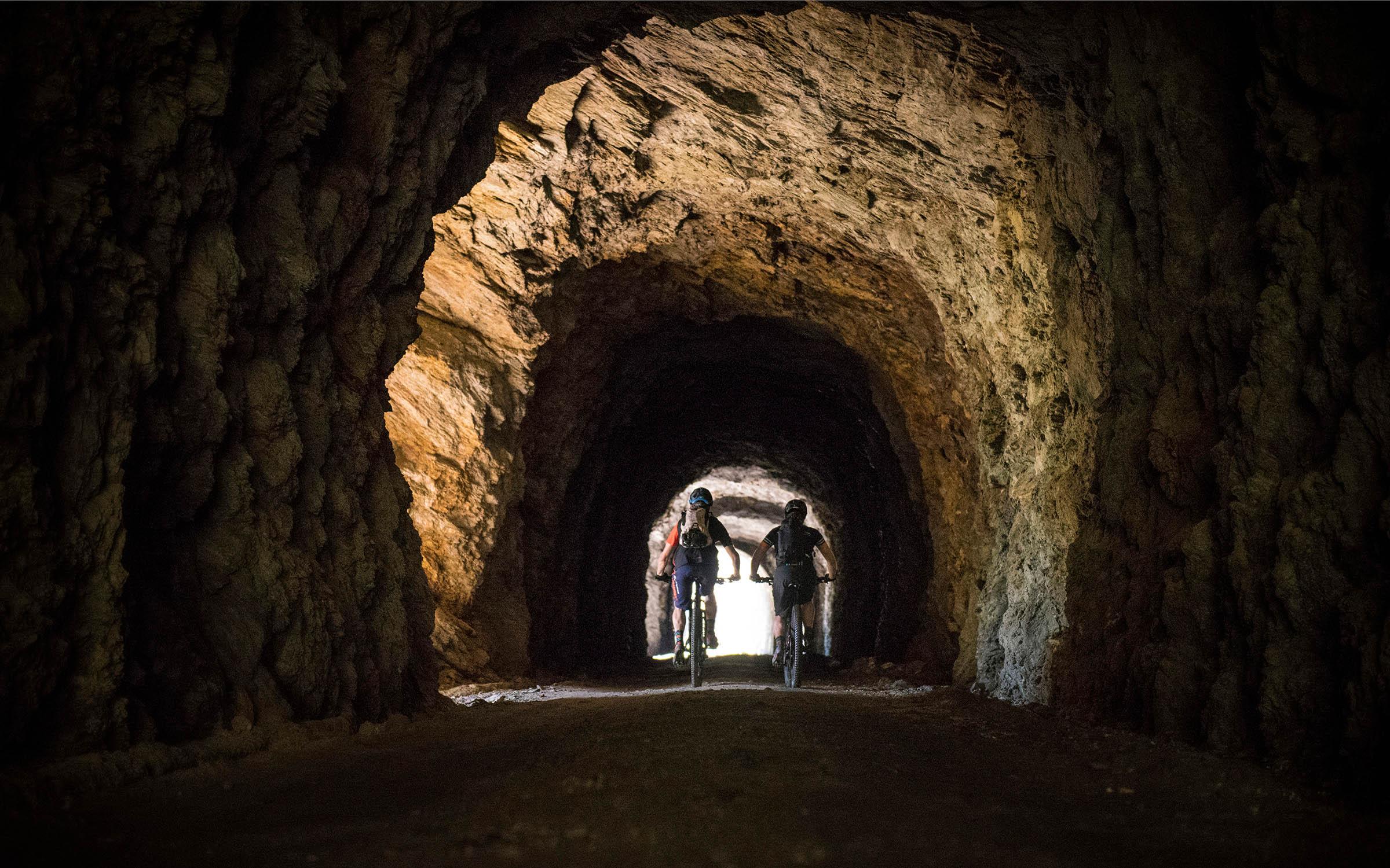 De Brennerkam ligt vol met militaire wegen, ook dóór tunnels